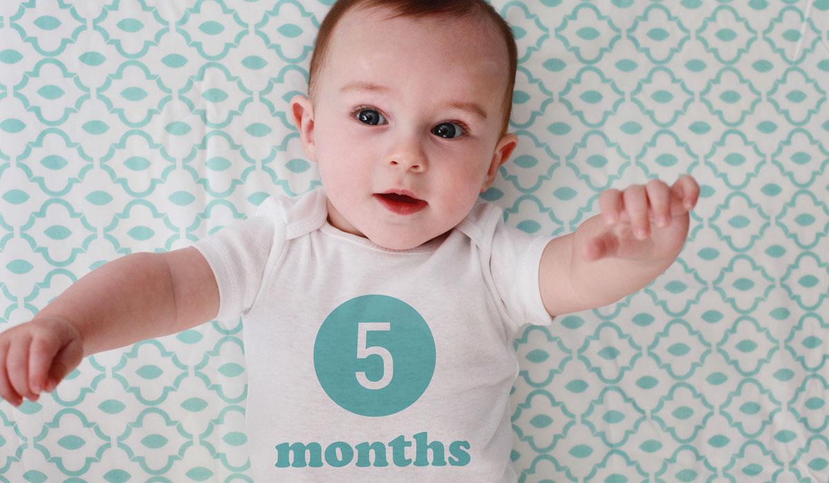صور حركات طفل 5 شهور , تطورات حركه الطفل ذات الخمس شهور