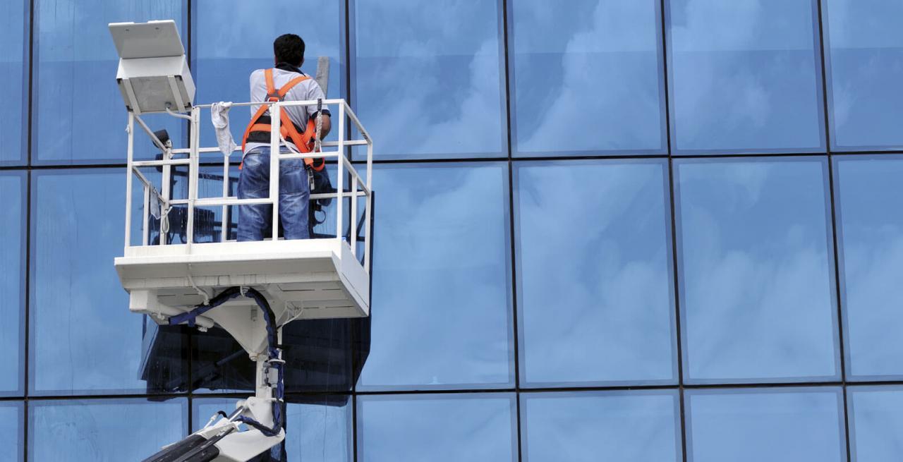 صور شركة تنظيف واجهات زجاج بالرياض , مهام شركات تنظيف الزجاج المتعدده