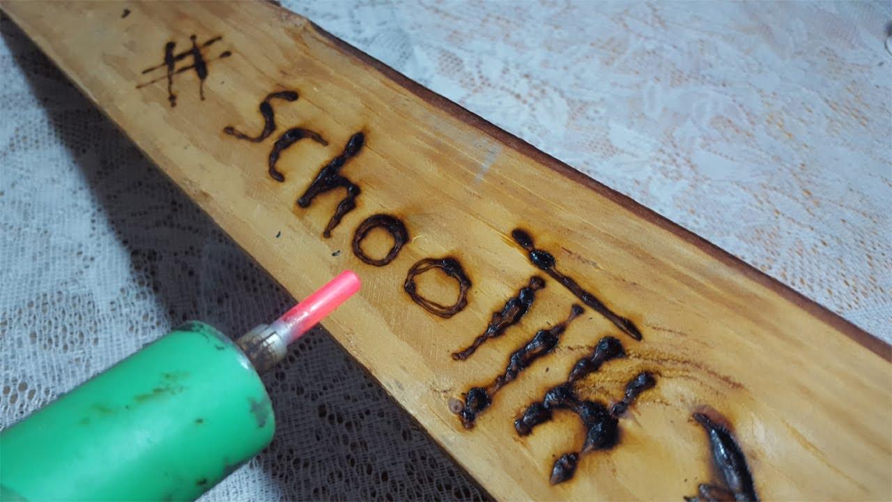 صورة الكتابة على الخشب , الحفر والكتابه على الخشب